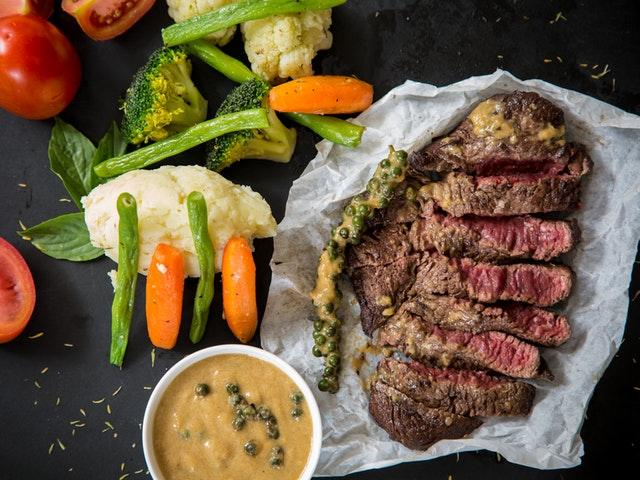 Kött och grönsaker med sås